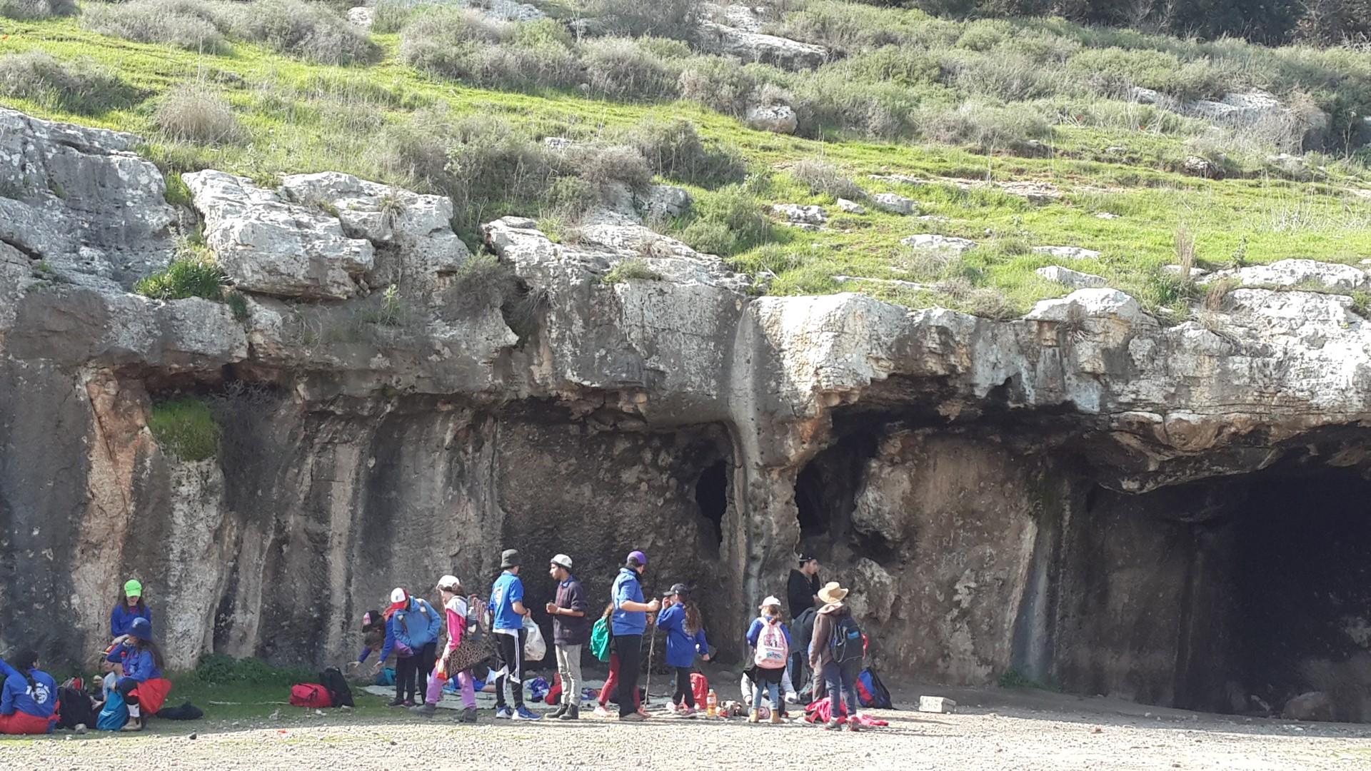 חניכי קן מיתר מבקרים במערות של האדם הקדמון.