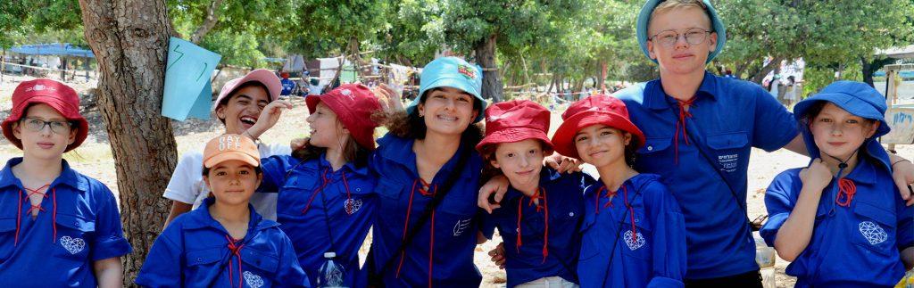 חניכי צעירה במחנה עם מדיריכים